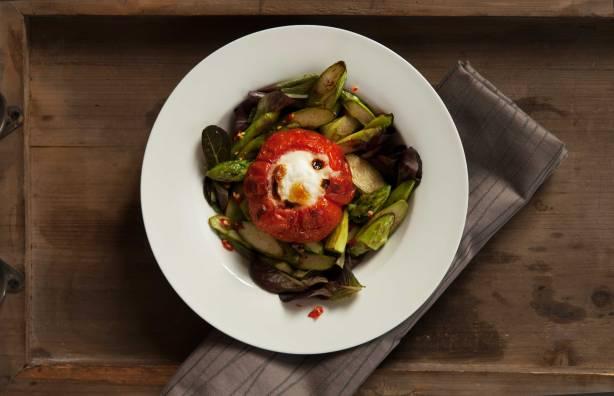 mit-Ei-gefüllte-Tomate-an-Spargelsalat-draufsicht_web