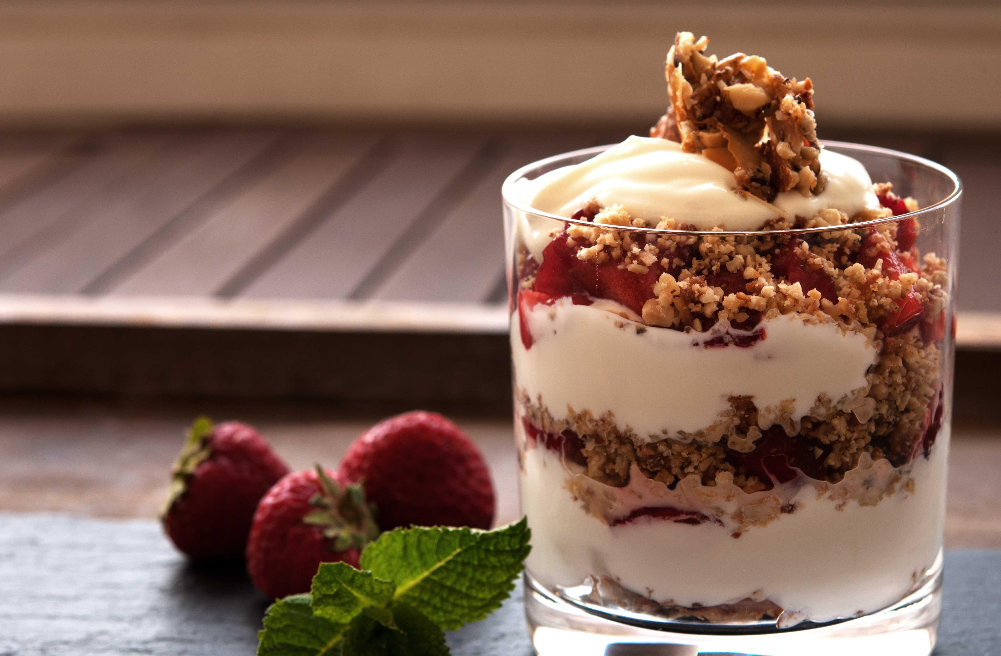 Erdbeer-Kokos-Joghurt-mit-Crumble_web-I