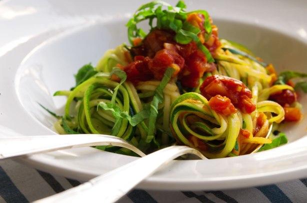 natürlich essen | Zucchini Spaghetti mit vegetarischer Bolognese | Lars Brouwers & Torsten Fleischer