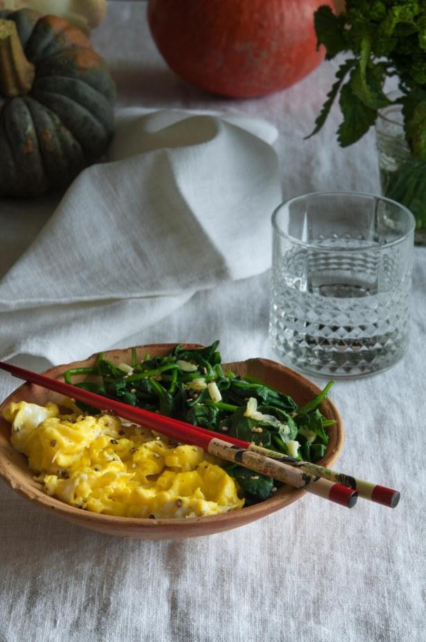 Rührei mit Spinat, Sesam und Knoblauch (2 von 1)